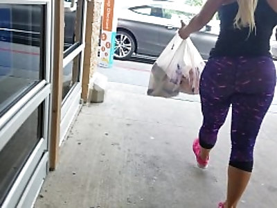Candid Latina with jiggly phat ass in leggings